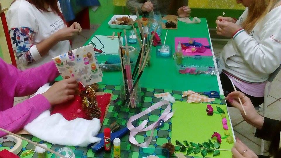 Bambini colorano con le tempere