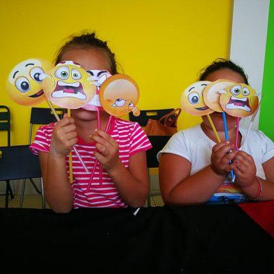 Due bambine usano delle maschere